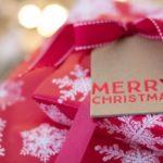 雪の結晶の模様の包装紙でラッピングされたクリスマスプレゼント