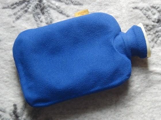 青色のカバーの湯たんぽ