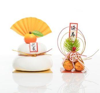 みかんが乗った2段の鏡餅と米俵の正月飾り