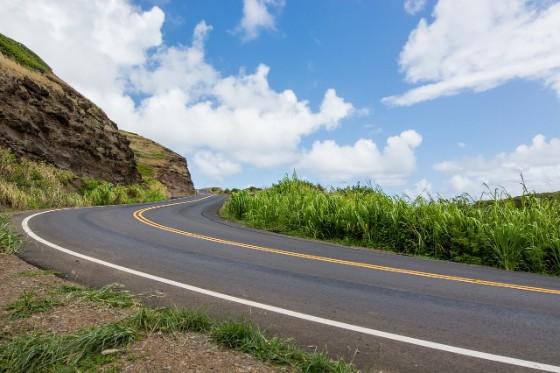 青空と山道
