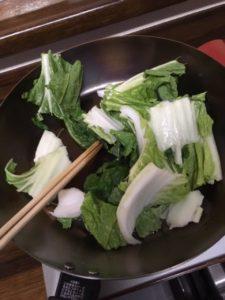 くず野菜を炒めているところ
