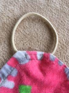 フェイスタオルの角に丸くした紐を縫い付けたものを表側から見たところ