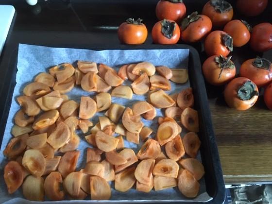 スライスした柿が天板に並べられている
