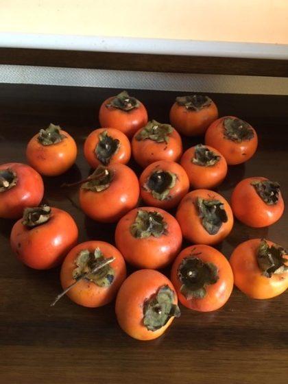 柿がたくさん並べられている