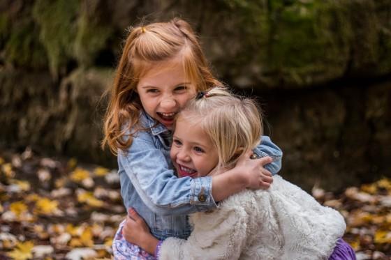 女の子2人が楽しそうに抱き合っている