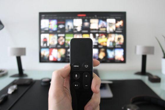 ビデオオンデマンドサービスでどの動画を視聴するか選んでいる